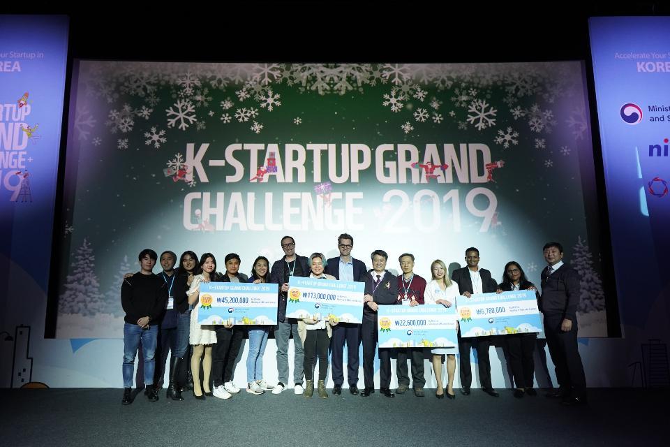 6일 청담 CGV 씨네시티에서 열린 K-Startup 그랜드챌린지 데모데이에서 K-Startup 그랜드챌린지 데모데이 수상자들이 기념촬영을 하고 있다. (왼쪽부터 팀 GIBLIB / NR2  / INSPIRE ME KOREA / EKPORT)