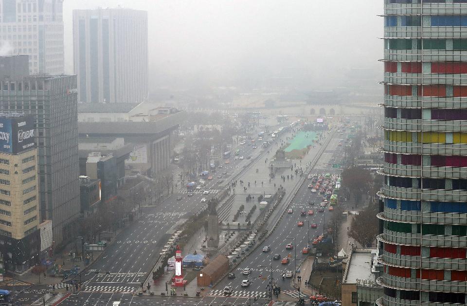 수도권 및 충북 지역에 미세먼지 비상저감조치가 발령된 10일 서울 광화문 도심도 회색으로 뿌옇다.