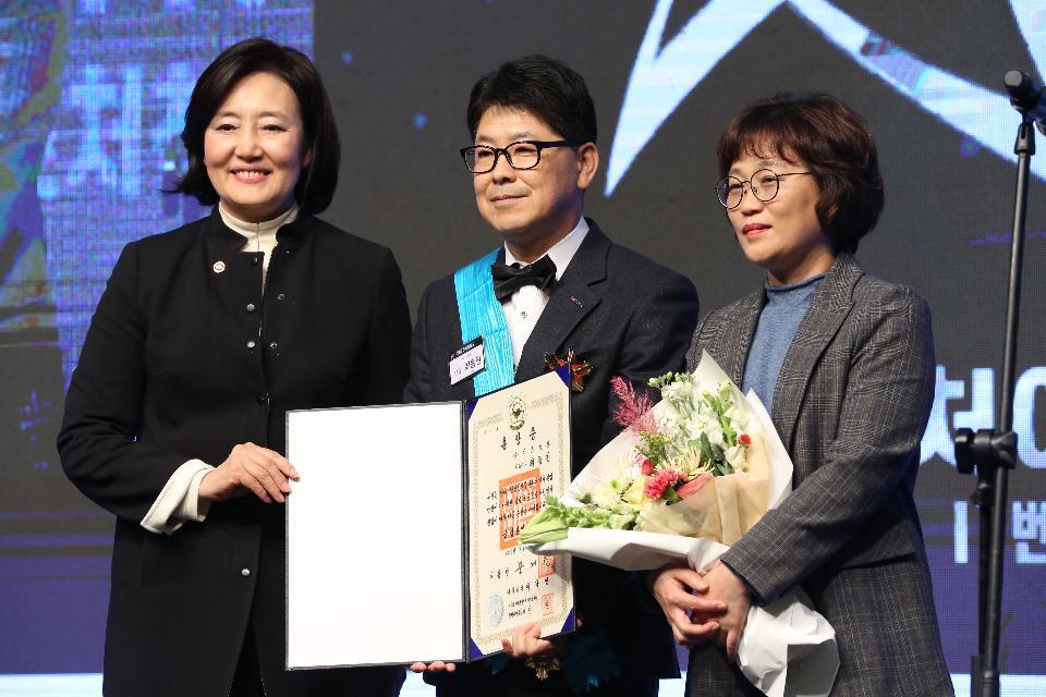 박영선 중소벤처기업부 장관과 금탑산업훈장을 수상한 최동진 (주)가스트론 대표이사가 기념촬영을 하고 있다.