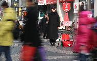 11일 구세군사관학교 학생이 서울 명동거리에 설치된 자선냄비 앞에서 모금 봉사활동을 펼치고 있다. 모금기간은 올해 12월 31일까지이며 전국 17개 시,도에 353개의 자선냄비가 설치되어 모금활동을 펼칠 예정이다.