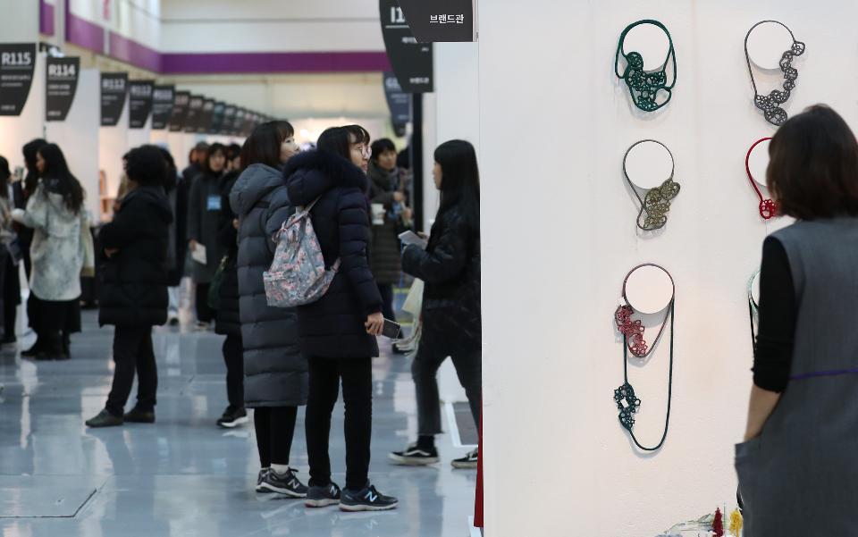 12일 서울 삼성동 코엑스에서 최신 공예품의 유행 및 경향을 한자리에서 볼 수 있는 '2019 공예트렌드 페어'가 열려 관람객들로 붐비고 있다.
