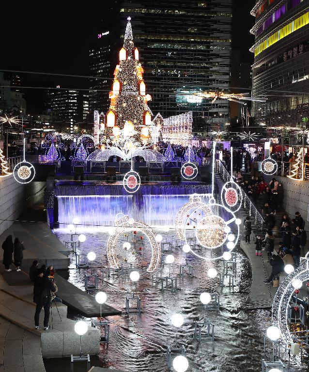13일 청계광장에서 크리스마스 페스티벌을 알리는 개막행사가 열렸다. 이날 청계광장에 설치된 트리 및 청계천 주변 조형물이 연말 분위기를 물씬 풍기게 한다.