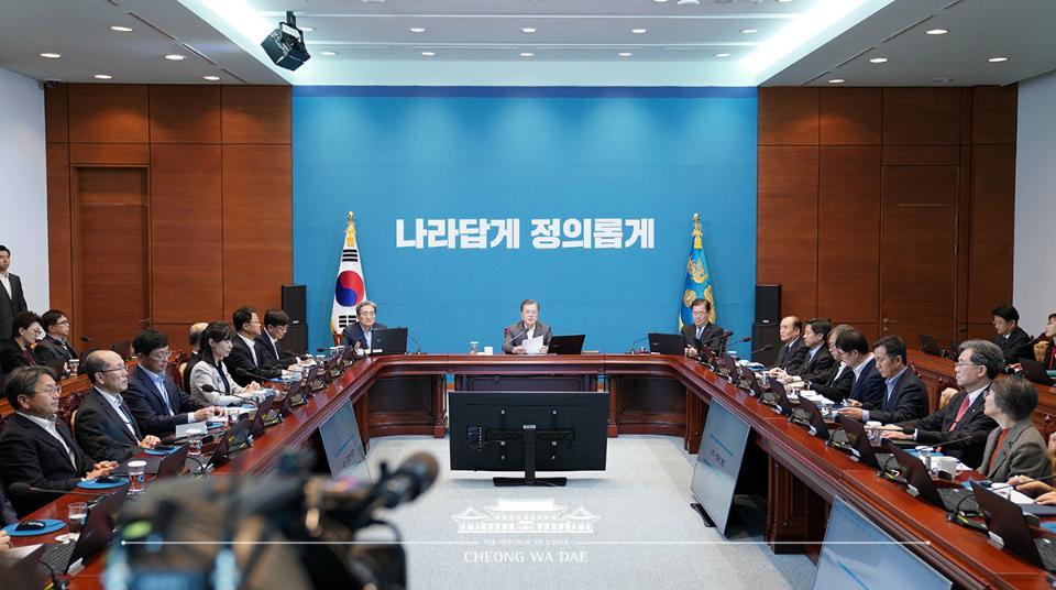 문재인 대통령이 12월 30일 오후 청와대에서 수석보좌관 회의를 주재, 모두발언을 하고 있다.