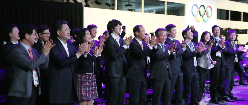 박양우 문화체육관광부 장관이 10일 제135회 국제올림픽위원회(IOC) 총회가 열린 스위스 로잔 스위스 테크 컨벤션 센터(STCC)에서 2024 동계청소년올림픽의 강원도 개최가 확정된 뒤 대표단과 함께 박수를 치며 기뻐하고 있다.