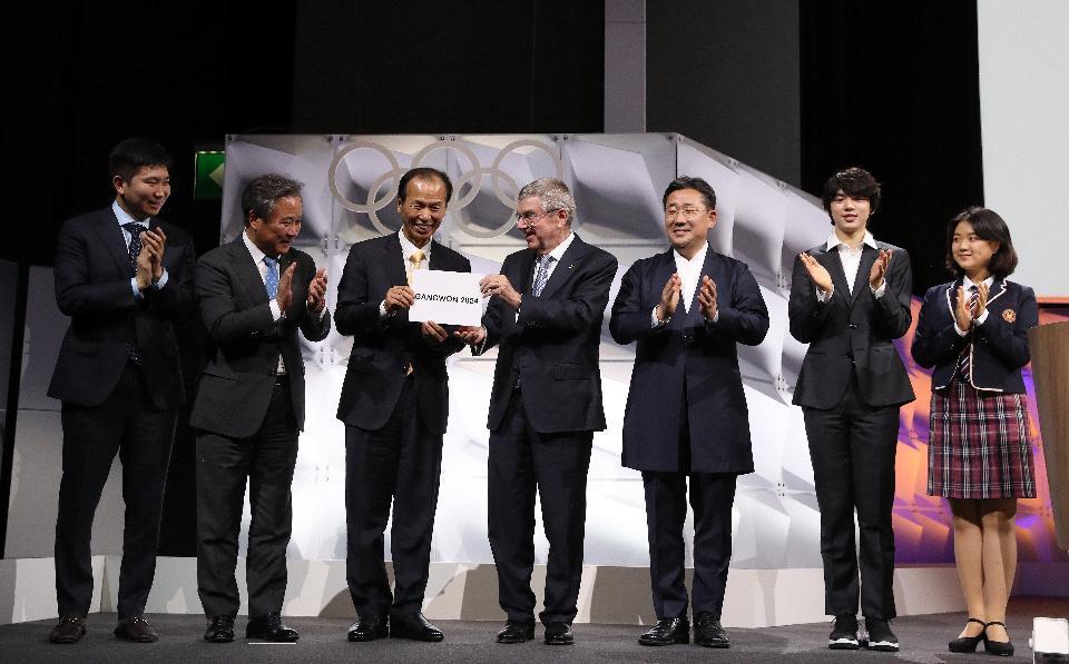 10일 제135회 국제올림픽위원회(IOC) 총회가 열린 스위스 로잔 스위스 테크 컨벤션 센터(STCC)에서 2024 동계청소년올림픽의 강원도 개최가 확정된 뒤 최문순 강원도지사가 토마스 바흐 위원장에게 'GANGWON 2024'가 적힌 카드를 전달받고 있다.