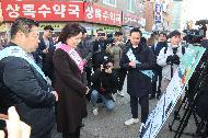 박영선 중소벤처기업부 장관이 16일 서울 강동구 암사종합시장을 방문하여 동네시장 장보기 현황보고를 받고 있다.