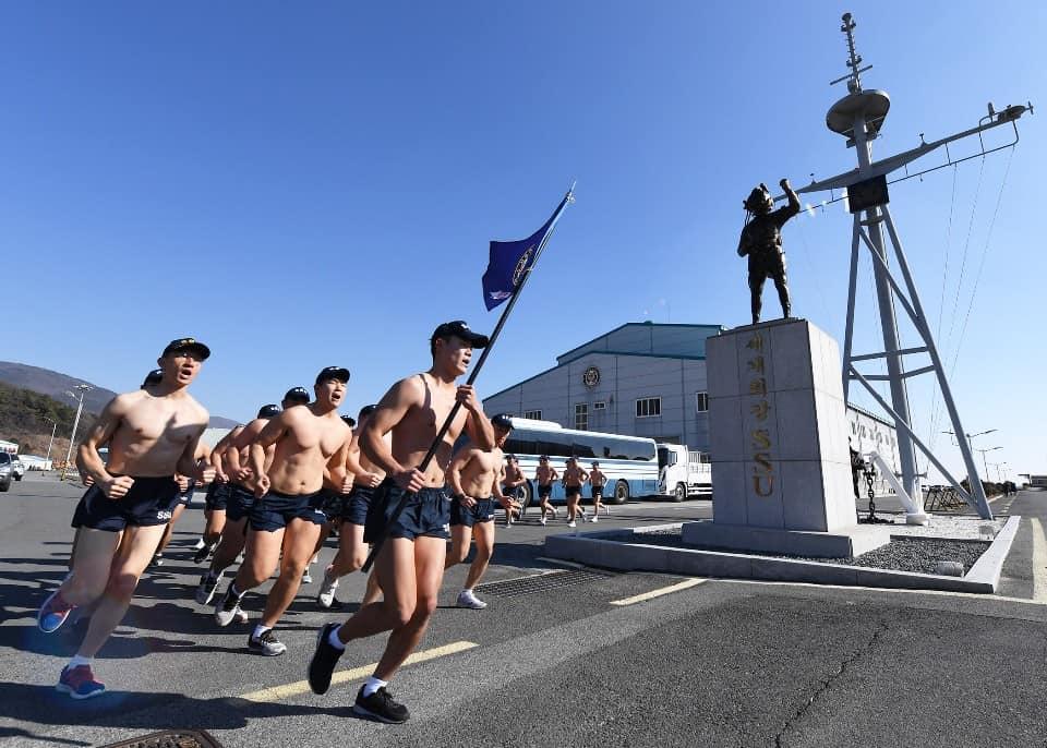 <p>해군 해난구조전대 심해잠수사들이 15일 경남 창원시 진해 앞바다에서 핀 마스크 수영훈련을 하고 있다. 해난구조전대는 16일까지 진해 군항 일대에서 강인한 정신력과 체력을 기르는 데 중점을 두고 혹한기 내한훈련을 할 예정이다.</p>