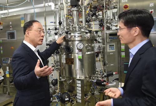 홍남기 부총리, 바이오산업 첫 유니콘기업 현장 방문