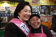 박영선 중소벤처기업부 장관이 16일 서울 강동구 암사종합시장을 방문해 시장 상인들과 인사를 나누고 있다.