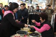 박영선 중소벤처기업부 장관이 16일 서울 강동구 암사종합시장을 방문해 온누리상품권으로 물건을 구입하고 있다.