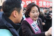 박영선 중소벤처기업부 장관이 16일 서울 강동구 암사종합시장을 방문해 동네시장 장보기 온라인 구매를 시연하고 있다.