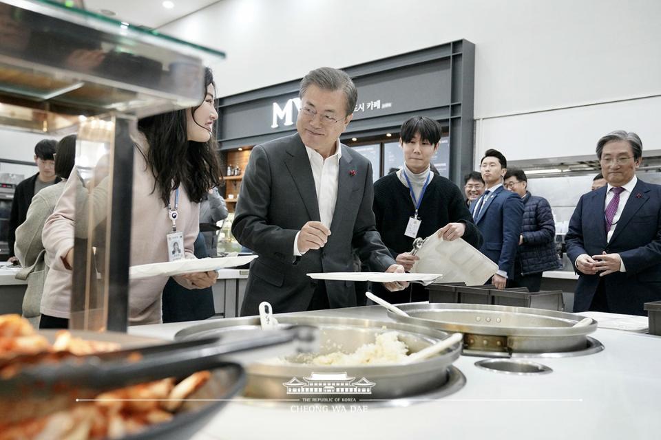 문재인 대통령이 21일 세종시 정부세종청사 구내식당에서 신임 공무원들과 점심 식사를 하기 위해 식판에 음식을 담고 있다.
