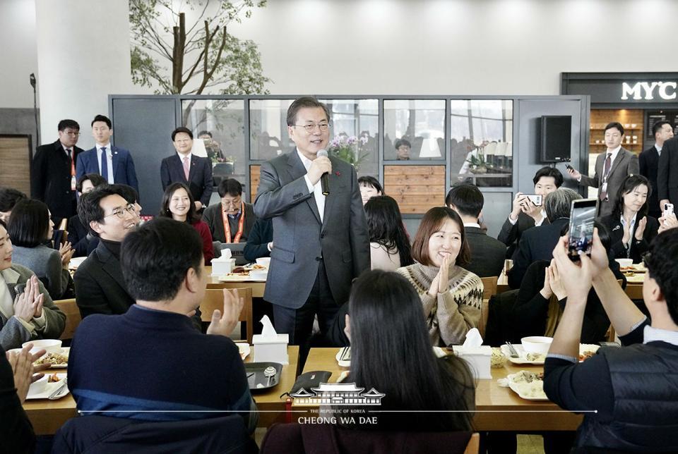 문재인 대통령이 21일 정부세종청사 구내식당에서 신임 공무원들과 점심 식사에 앞서 인사말을 하고 있다.