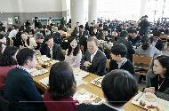 문재인 대통령이 21일 정부세종청사에서 국무회의를 마치고 구내식당에서 신임 공무원들과 점심 식사를 하고 있다.