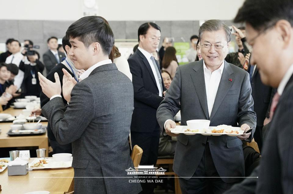 문재인 대통령이 21일 정부세종청사에서 국무회의를 마치고 구내식당에서 신임 공무원들과 점심 식사를 하기 위해 이동하고 있다.