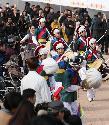 25일 설날을 맞아 남산골 한옥마을에서 차례지내는 이야기, 길놀이 공연 및 전통놀이 체험 공간, 소원지 쓰기 등 다양한 행사가 마련되어 한옥마을을 방문한 시민들이 가족들과 즐거운 시간을 보내고 있다.