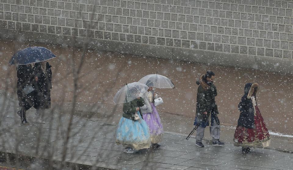 16일 서울, 경기 대설주의보가 내려진 가운데 경복궁 인근 도로에 눈이 내리고 있다.
