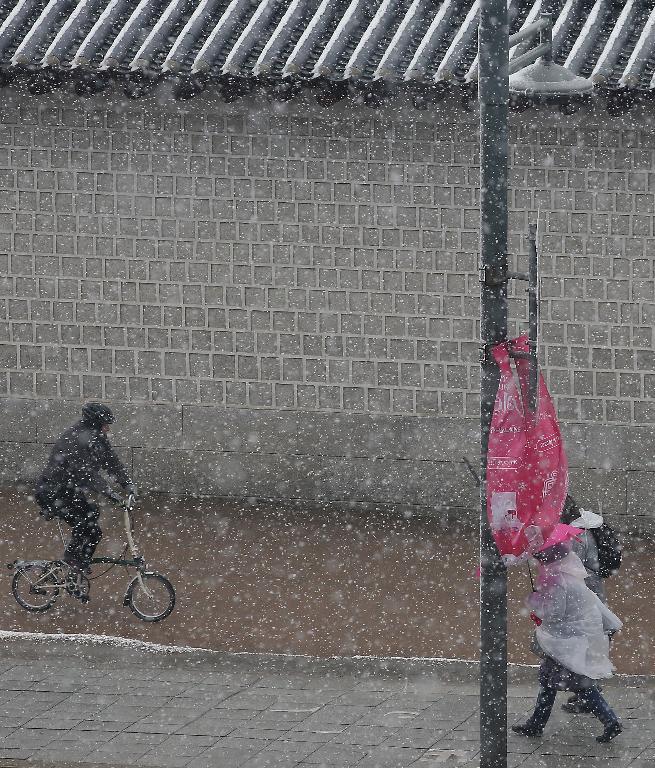 16일 서울, 경기 대설주의보가 내려진 가운데 경복궁인근 도로에 눈이 내리고 있다.
