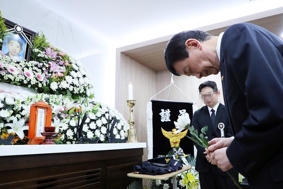 진영 장관이 16일 오후 서울 송파구 국립경찰병원 장례식장에 마련된 고(故) 유재국 경위의 빈소를 찾아 조문하고 있다. 한강경찰대 소속 수상구조요원인 유 경위는 지난 15일 한강에서 투신한 실종자를 수색하던 중 불의의 사고를 당했다.