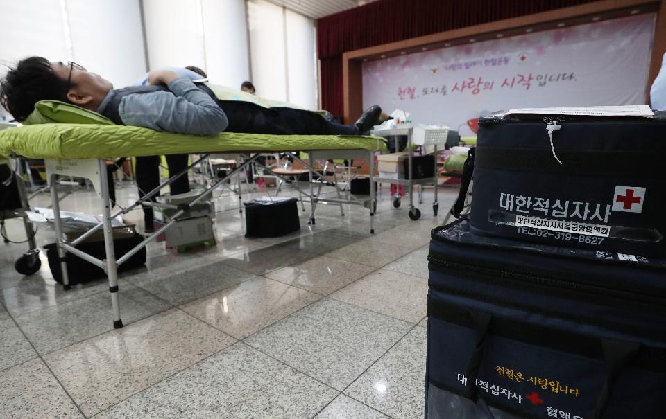 18일 신종 코로나바이러스 감염증(코로나19)에 따른 혈액 수급난 해소를 위해 서울 서대문구 경찰청 공무원들이 경찰청 강당에서 사랑 나눔 헌혈 운동에 참여하고 있다.