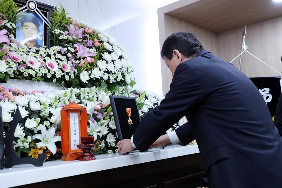 진영 장관이 16일 오후 서울 송파구 국립경찰병원 장례식장에 마련된 고(故) 유재국 경위의 빈소를 찾아 고인에게 옥조근정훈장을 수여하고 있다. 한강경찰대 소속 수상구조요원인 유 경위는 지난 15일 한강에서 투신한 실종자를 수색하던 중 불의의 사고를 당했다.