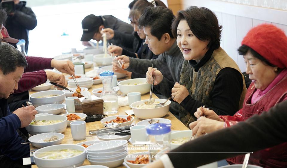 문재인 대통령의 부인 김정숙 여사가 18일 오후 신종 코로나바이러스 감염증(코로나19)으로 위축된 소비심리 활성화를 위해 서울 중랑구 동원전통종합시장을 방문, 상인들과 점심 식사를 하고 있다.