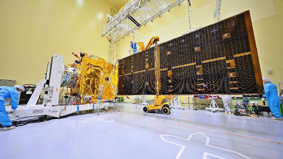 <p>2월 18일 오후'정지궤도복합위성 2B호(천리안위성 2B호)'가남미 프랑스령 기아나(French Guiana) 쿠루(Kourou)의 기아나 우주센터에서 성공적으로 발사되었다. 천리안위성 2B호는 발사 약 31분 후 고도 약 1,630km 지점에서 아리안-5 발사체로부터 정상적으로 분리되었고, 이어 약 6분 뒤에 호주 야사라가(Yatharaga) 지상국과의 첫 교신에도 성공했다. 사진은 태양전지판 전개시험을 진행중인 천리안위성 2B호. (사진출처 : 한국항공우주연구원)<br></p>