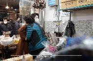 문재인 대통령의 부인 김정숙 여사가 18일 오후 신종 코로나바이러스 감염증(코로나19)으로 위축된 소비심리 활성화를 위해 서울 중랑구 동원전통종합시장을 방문, 상인을 격려하고 있다.