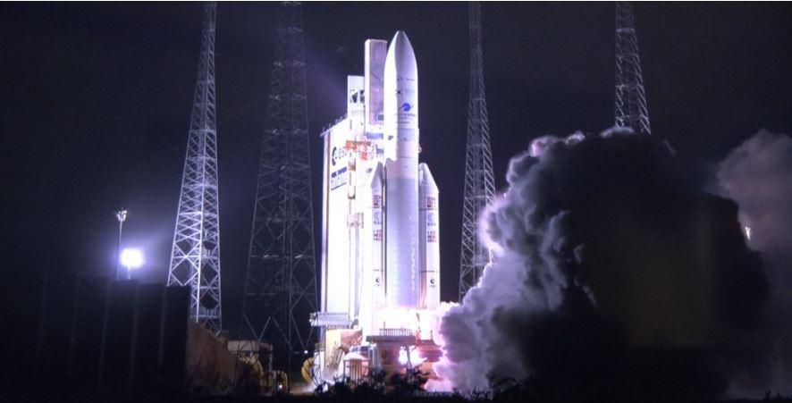 <p>2월 18일 오후(현지시간)&nbsp우리 독자기술로 개발된 세계 최초의 환경감시 정지궤도위성 '천리안위성 2B호'가 남미 프랑스령 기아나(French Guiana) 쿠루(Kourou)의 기아나 우주센터에서 성공적으로 발사되었다. 천리안위성 2B호는 발사 약 31분 후 고도 약 1,630km 지점에서 아리안-5 발사체로부터 정상적으로 분리되었고, 이어 약 6분 뒤에 호주 야사라가(Yatharaga) 지상국과의 첫 교신에도 성공했다. (사진출처 : 한국항공우주연구원)<br></p>