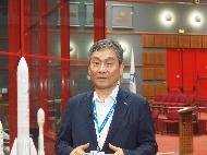 <p>한국항공우주연구원 임철호 원장이 18일 오후(현지시간) 남아메리카 프랑스령 기아나 쿠루의 기아나우주센터에서 '정지궤도복합위성 2B호(천리안위성 2B호)' 성공적 발사에 대한 인터뷰를 하고 있다. (사진출처 : 한국항공우주연구원)<br></p>
