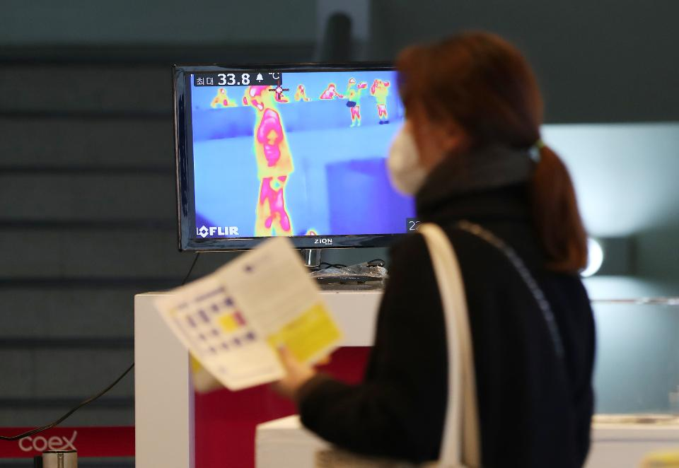 서울 삼성동 코엑스에서 올해로 38회를 맞는 '2020 화랑미술제'가 열려 관람객들이 관람을 하고 있다. 이 전시는 2월 20일부터 23일까지 열리며 국내 110개 화랑이 참가해 3,000여 점의 작품을 선보인다. 이날 신종 코로나바이러스 감염증(코로나19)를 예방하기 위한 열감지기, 소독 분사기 등이 설치되었다.