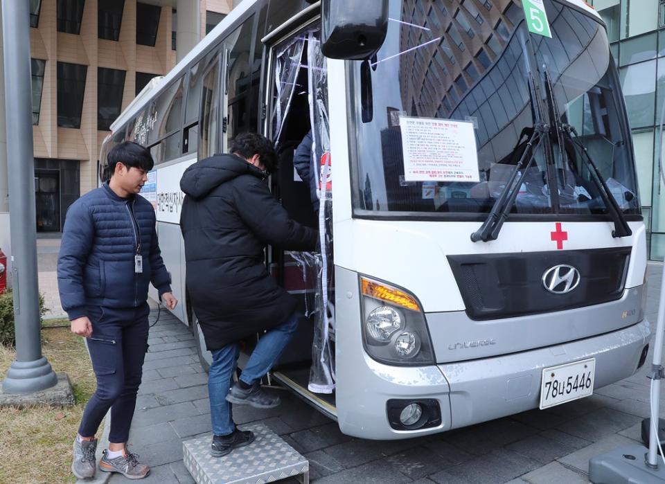 '코로나19'로 인한 혈액 공급 부족 문제 해결을 위해 19일 오전 세종시에 위치한 행정안전부 본관·별관 청사에서 전 직원들이 단체헌혈을 위해 헌혈 차량에 탑승 하고 있다.
