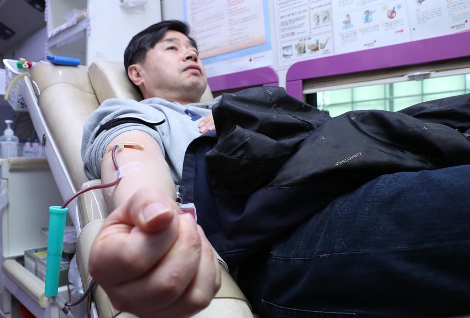 '코로나19'로 인한 혈액 공급 부족 문제 해결을 위해 19일 오전 세종시에 위치한 행정안전부 본관·별관 청사에서 전 직원들이 단체헌혈을 하고 있다.