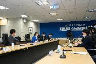 박영선 중소벤처기업부 장관은 26일 공영쇼핑 대회의실에서 열린 공영쇼핑과 마스크 공급기업 간의 협약식에 참석해 관계자들을 격려했다.