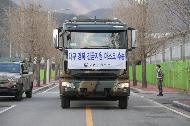 <p>26일 육군2작전사령부 예하 5군수지원사령부 소속의 11톤 트럭에 대구·경북 긴급 지원용 마스크 박스가 적재되고 있다. 이날 육군은 군용 트럭 10대를 이용해 경북 문경에서 대구 월드컵경기장까지 정부지원 마스크 110만 장의 수송을 지원했다.</p>