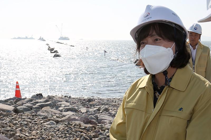 <p>김현숙 청장이 새만금 신항만 건설 현장을 방문하여 점검하고 있다.</p>