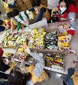 27일 서울 성동구 대한적십자사 서울특별시지사에서 대한적십자 직원 및 봉사자들이 코로나19 대응 서울시내 재난취약계층에게 전달할 긴급구호품을 제작하고 있다. 이날 주부식 14종 및 마스크 9개가 들어간 900박스를 제작했으며 3월 25일부터 오늘까지 5,000박스 제작을 완료할 예정이다.