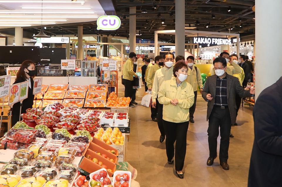 <p>김현미 국토교통부 장관은 27일(금) 시흥하늘 휴게소를 찾아 운영업체와 입점매장 간 상생협력 사례와 업계 애로사항을 청취하고 휴게소 매장 내 사회적 거리두기 실천을 당부하였다.</p>