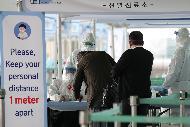 31일 오후 인천공항에 도착한 입국자들이 인천국제공항 제2터미널 옥외 공간에 설치된 개방형 선별진료소에서 육군 현장지원단과 의료진으로부터 코로나19 검사 관련 안내 및 검체 채취를 받고 있다. 4월 1일부터 코로나19의 해외 유입 차단을 위해 모든 입국자에 대해 2주간 자가 격리를 의무화한다.