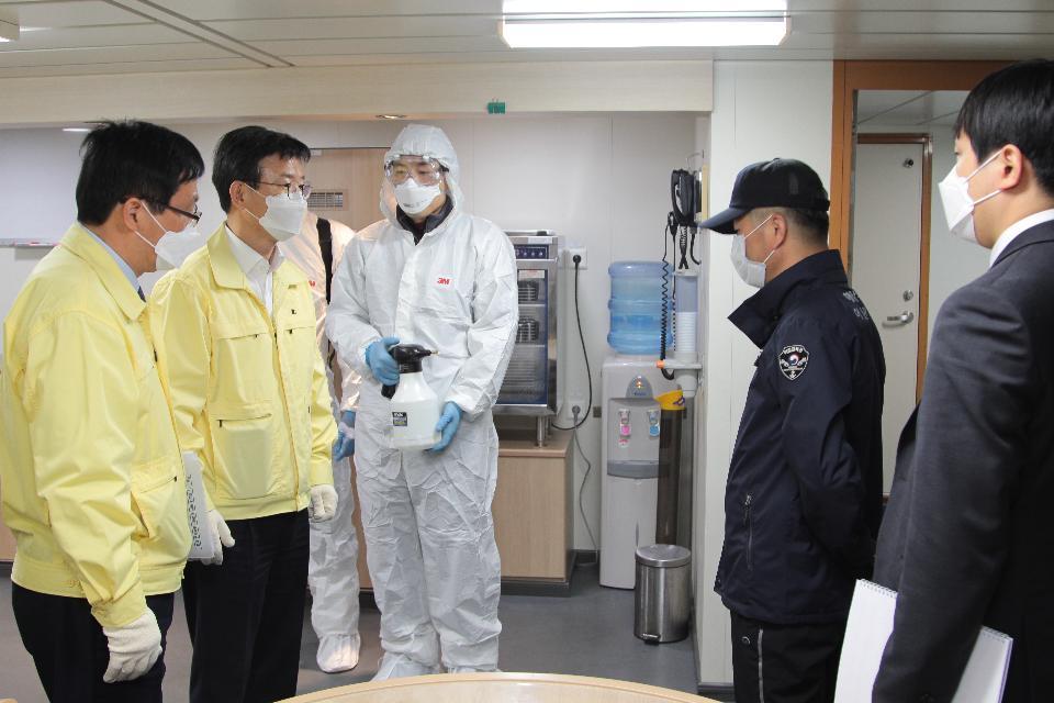 <p>문성혁 해양수산부 장관은 3일 목포항을 방문하여 여객터미널과 여객선의 방역실태를 점검하고, 최근 코로나19 여파로 어려움을 겪고 있는 업체들의 애로사항을 청취했다.</p>
