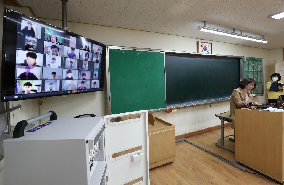 <p>7일 청주시 서원구에 있는 원평중학교에서 온라인 원격수업이 진행되고 있다. 이날 유은혜 사회부총리 겸 교육부 장관이 온라인 수업에 참여해 학생들과 인사를 했다.</p>