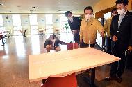 <p>정세균 국무총리가 6일 코로나19 관련 사회적 거리두기 우수기업인 ㈜이마트 본사를 방문, 시설을 둘러보고 있다.</p>