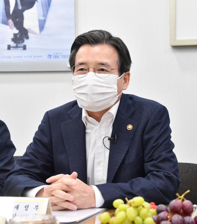 김용범 기획재정부 차관이 4월 8일 소상공인 금융지원 방안 관련 서울 종로구 종로 기업은행을 방문하여 간담회에서 모두발언을 하고 있다.