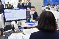 김용범 기획재정부 차관이 4월 8일 소상공인 금융지원 방안 관련 서울 종로구 종로 기업은행을 방문하여 직원에게 현장 애로사항을 청취하고 있다.