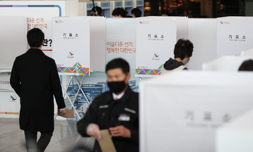 제21대 국회의원선거 사전투표 첫날인 10일 오전 서울역에 마련된 남영동 사전투표소에서 시민들이 투표를 하고 있다.