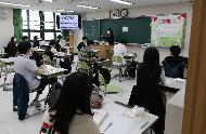 <p>20일 오전 서울 송파구 잠일고등학교에서 고3 학생들의 첫 등교가 시작되었다. 이날 학생들이 선생님의 안내로 손소독, 발열체크를 하고 교실에 들어가 코로나19관련 학교내 생활수칙을 설명 듣고 차분히수업을 받고있다.</p>