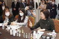 박영선 중소벤처기업부 장관이 20일 서울 강남구 코엑스에서 열린 '브랜드K 선정기업 온라인 화상 수출상담회'에서 해외 바이어에게 화장품을 소개하고 있다.