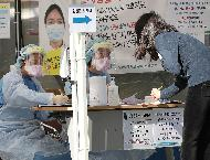 21일 오전 서울 용산구 순천향대학교 부속 서울병원 선별진료소 의료진들이 코로나19 검체 채취를 위해 오늘도 분주하게 하루를 시작하지만 미소는 잊지 않았다.