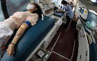 26일 오전 공무원들이 정부서울청사 정문 주차장 내 대한적십자사 헌혈 차량에서  코로나19 여파로 인한 혈액 수급 극복을 위해 헌혈 운동에 동참하고 있다.