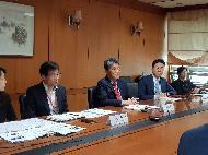 <p>외교부는 중앙선거관리위원회, 행정안전부와 함께 5.29.(금) 08:00(한국시간) 외교부 청사에서 미국 국무부 및 주정부 국무장관협회(NASS, National Association of Secretaries of State) 관계자들과 화상회의를 개최했다. 이번 화상회의는 NASS측이 미 국무부를 통해 코로나19 상황 하에서 국회의원선거(4.15.)를 실시한 우리측의 선거 노하우 공유를 희망해옴에 따라 개최한 것으로, 앞으로도 우리의 방역 조치 및 선거 실시 경험 등을 다른 국가들과 지속 공유함으로써, 코로나19 대응 관련 국제사회의 노력에 적극 동참해 나갈 예정이다.<br></p>